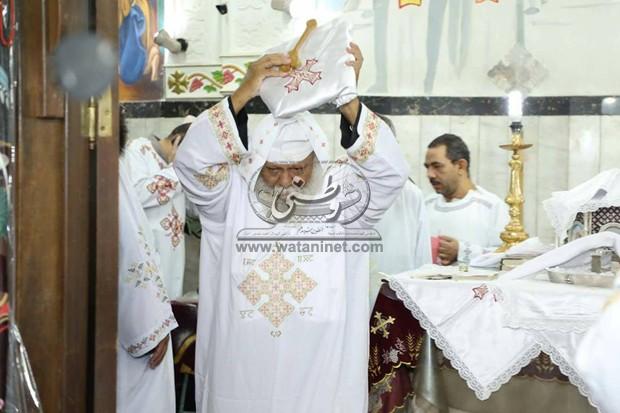 """الأنبا ويصا يُصلي قداس أربعين """"القمص إسحق راتب"""""""