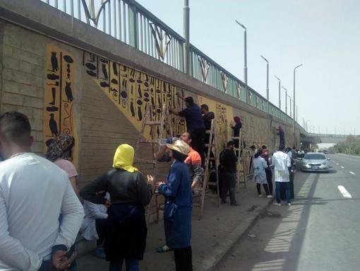 تحويل جدران الاسمنت بطريق المطار إلى جداريات