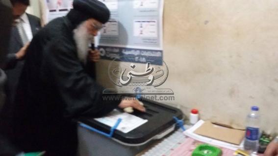 بالفيديو.. الأنبا باخوميوس يدلي بصوته في انتخابات الرئاسة بالبحيرة