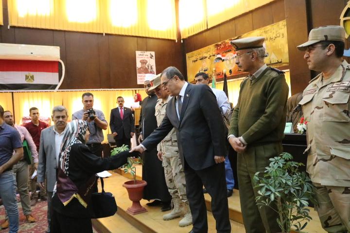 محافظ الفيوم ومدير جمعية المحاربين القدماء يُكرمان أسر الشهداء ومصابي العمليات الحربية