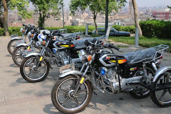 محافظ القاهرة يوزع 24 دراجة بخارية لمتحدي الاعاقة