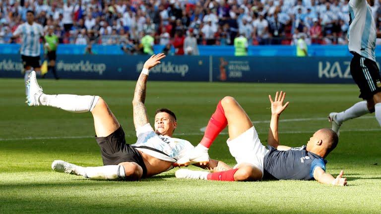 فرنسا والأرجنتين يتعادلان 1/1 في الشوط الأول
