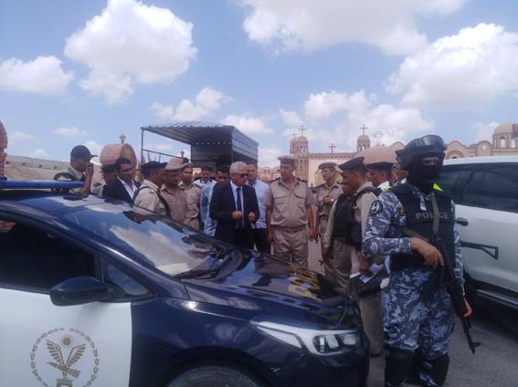 بالصور.. مدير أمن البحيرة يتفقد المواقع الشرطية بأديرة وادي النطرون