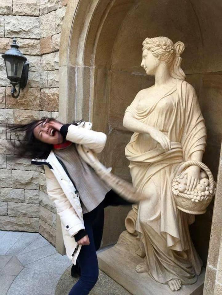 إضحك مع التماثيل