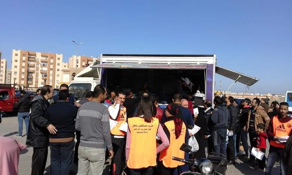 """""""مستقبل وطن"""" ببورسعيد يدفع بسيارات مواد غذائية بأسعار مخفضة بالحي الاماراتي"""