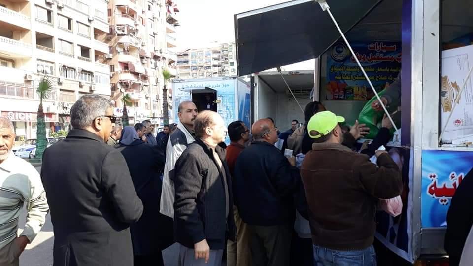 عرض السلع الغذائية بالمناخ بأسعار مخفضة تحت إشراف مديرية التموين ببورسعيد