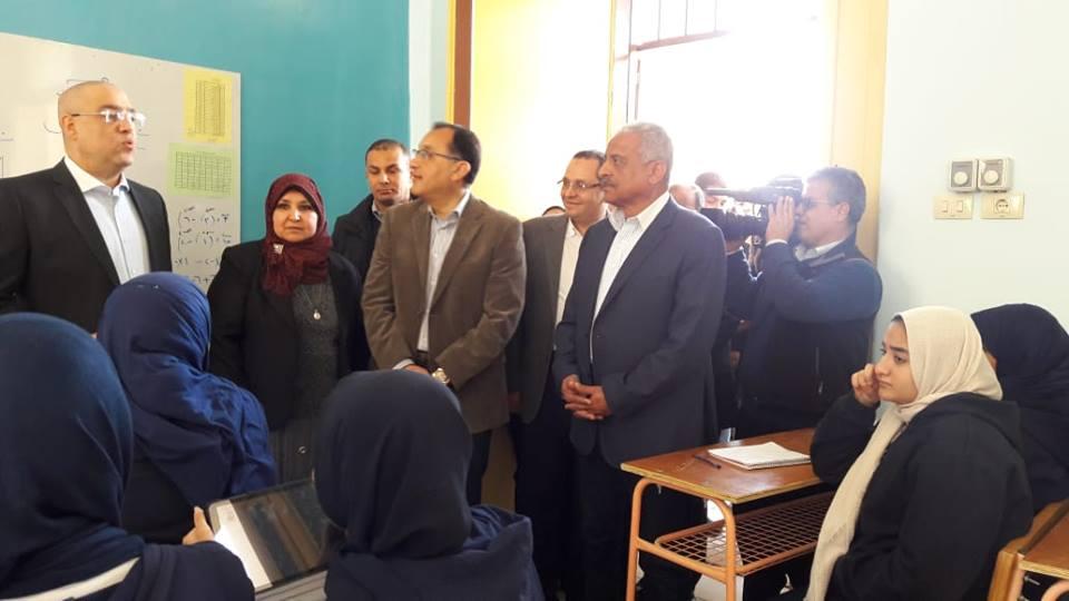 رئيس الوزراء يتفقد أقدم مدرسة بنات بالسويس