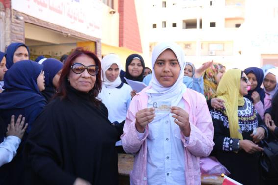 """بالصور.. """"القومى للمرأة"""" يوزع بطاقات الرقم القومى للطالبات الغير قادرات بالسويس"""