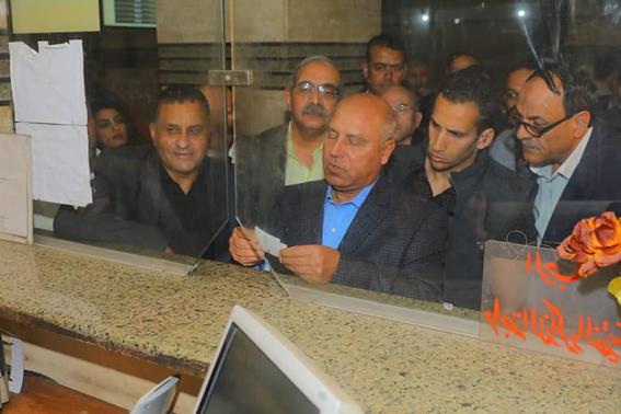"""في السابعة صباحا.. """"كامل الوزير"""" يزور محطة مصر .. ويشتري تذكرتين"""