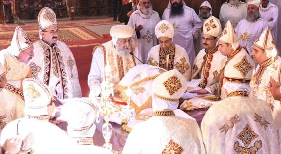 بالفيديو.. الآباء الكهنة الجدد يتلون تعهد الخدمة أمام البابا تواضروس بدير الأنبا بيشوي
