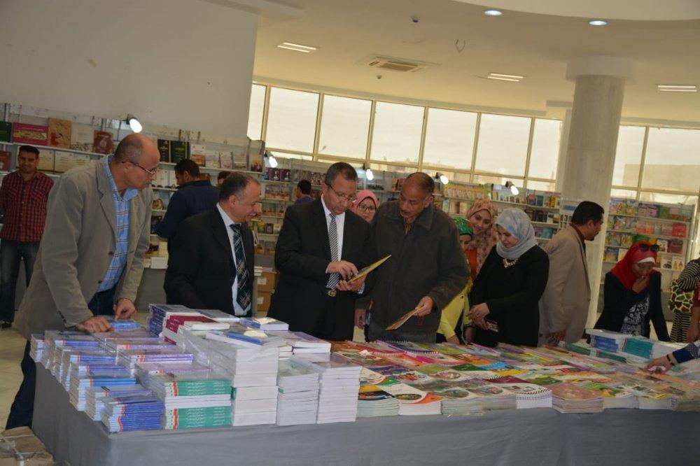 بالصور.. افتتاح معرض الكتاب الثاني بجامعة السويس