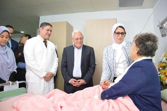 وزيرة الصحة ومحافظ بورسعيد يزورا البطلة زينب الكفراوي بالمستشفى العسكري