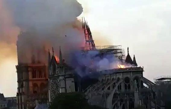 بالفيديو ..انهيار برج كاتدرائية نوتردام.. وفتح تحقيق حول الحادث
