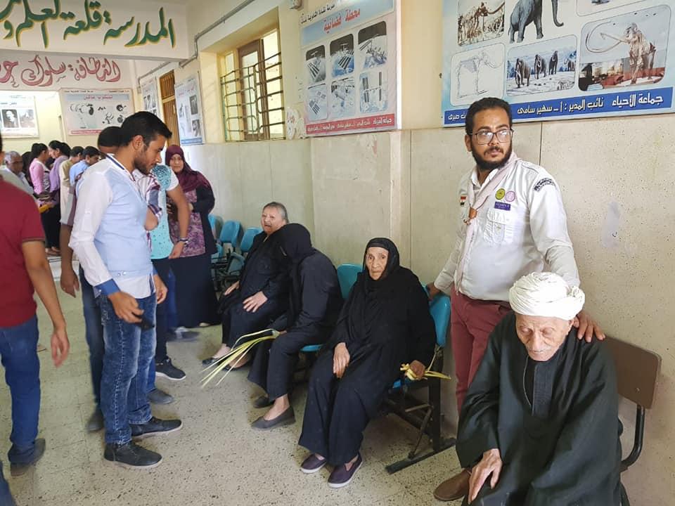 كشافة الأنبا بيمن تُساعد المرضى للإدلاء بأصواتهم في الإستفتاء