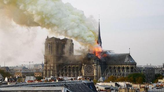 """حريق هائل بكاتدرائية """"نوتر دام"""" بباريس"""