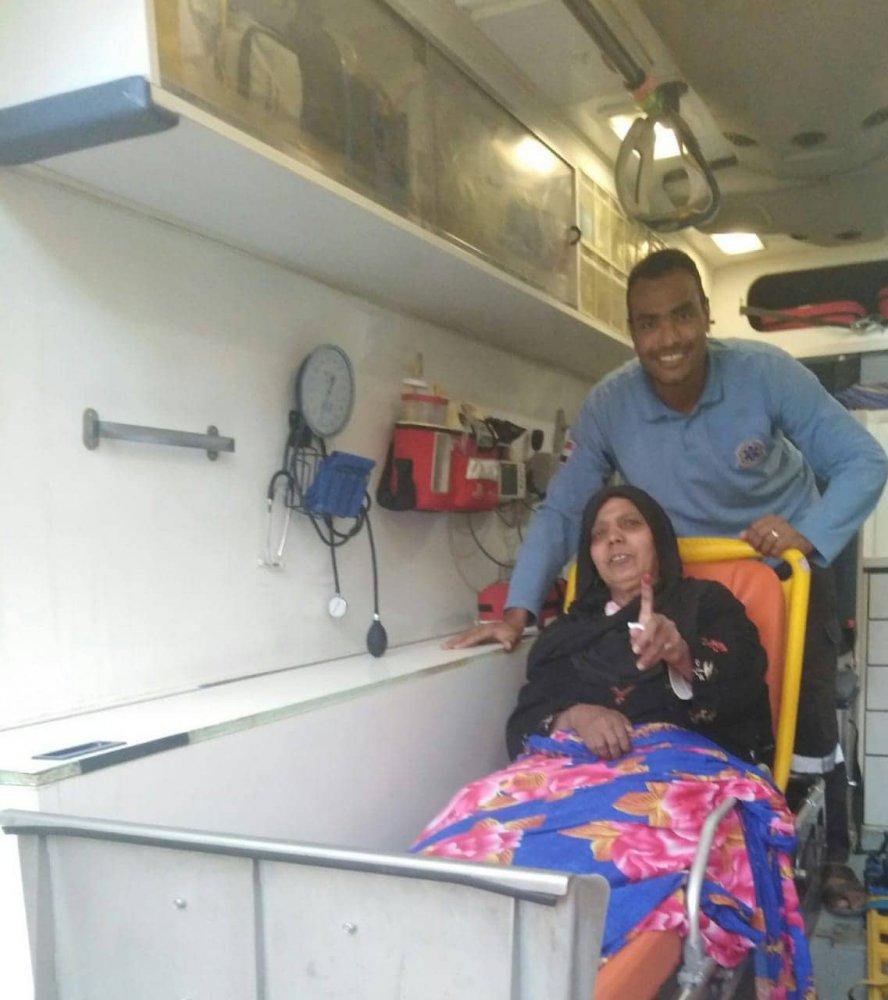 نقل حالتين مرضتيتين بالإسعاف بأسوان للإدلاء بأصواتهم في الاستفتاء
