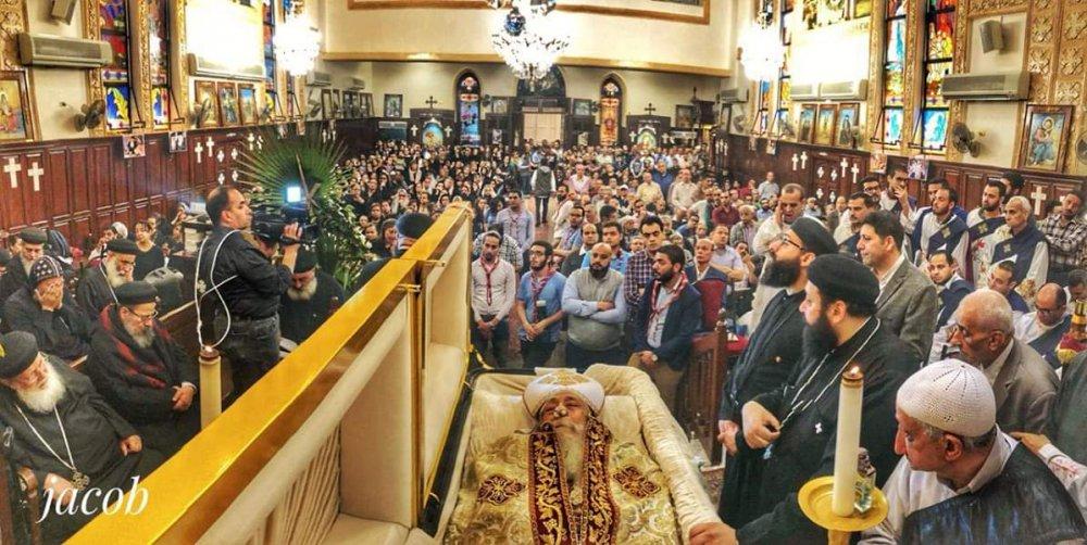 صلاة تجنيز القمص منسى فرج بكنيسته بالقللي