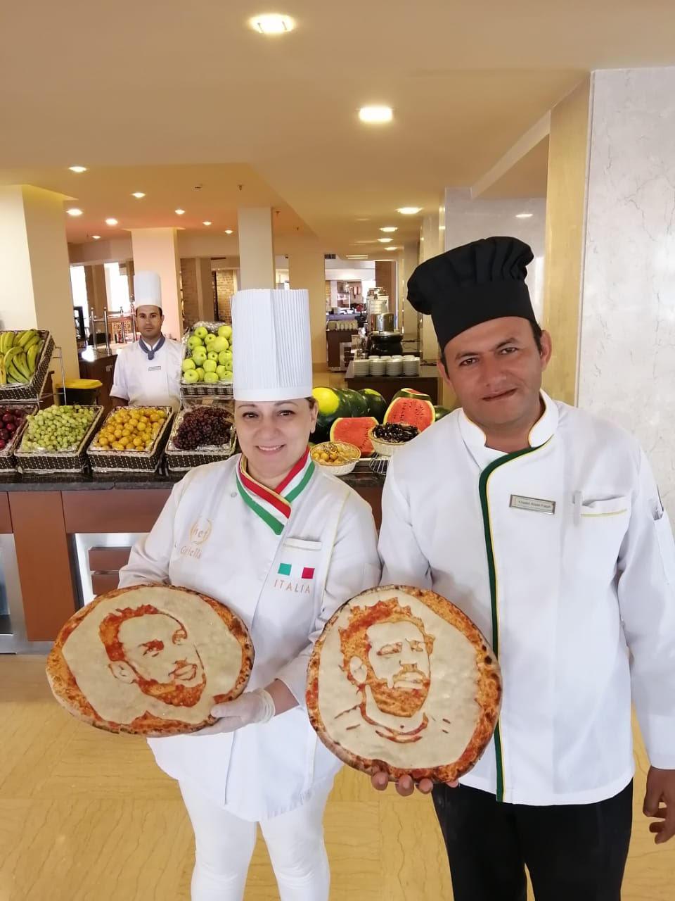 شيف بالغردقة يصنع بيتزا تحمل صور المحمدي ومحمد صلاح وسط إعجاب السائحين