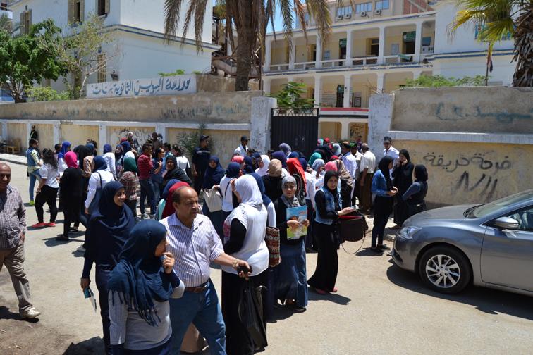 بالصور.. الفرحة تغمر طلاب الثانوية العامة بالسويس بعد إنتهاء إمتحان مادة اللغة العربية