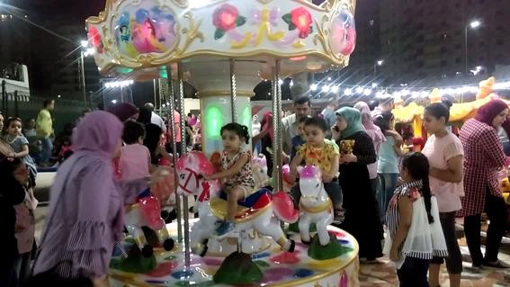 الأطفال يواصلون احتفالاتهم بالعيد في البحيرة