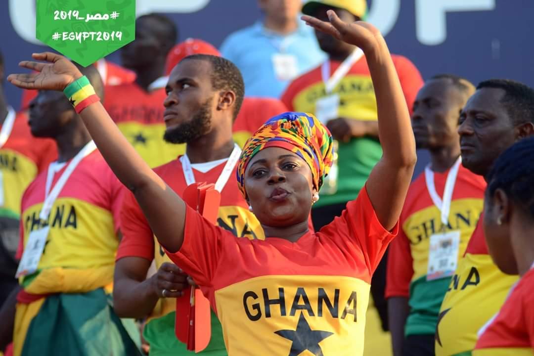 """بالصور..""""إيتو"""" يؤازر الكاميرون باستاد الإسماعيلية..وجماهير غانا تحتشد بألوان مبهجة"""