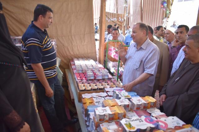 محافظ الفيوم يفتتح معرض بيع السلع الغذائية بأسعار مخفضة
