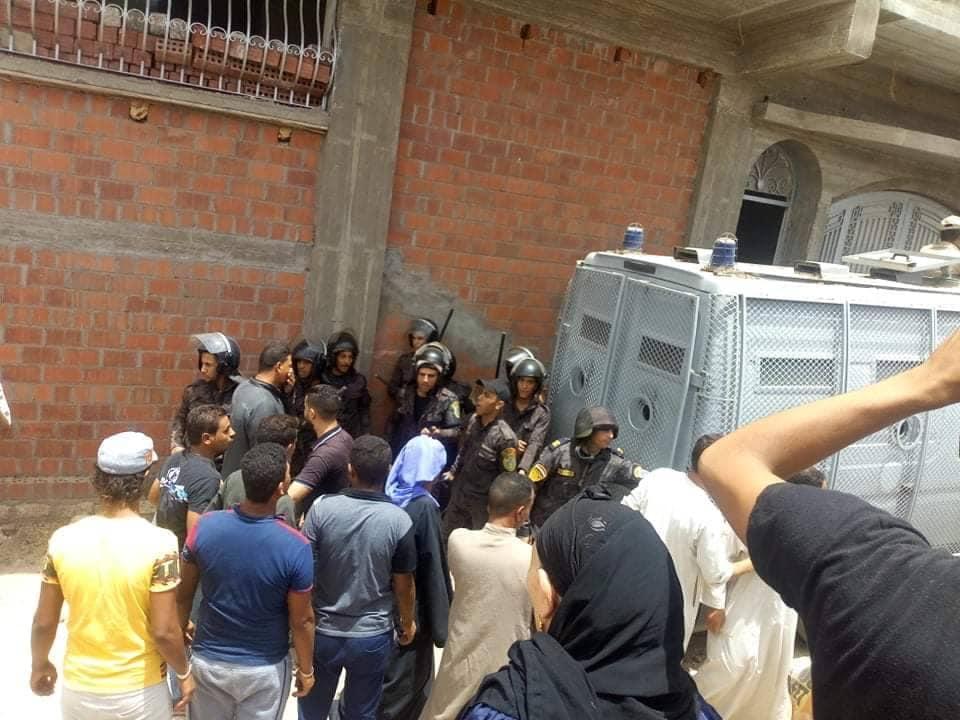 الأمن يطوق مبنى كنسي مغلق كوم الراهب بالمنيا بعد دخول الأقباط واعتصامهم فيه