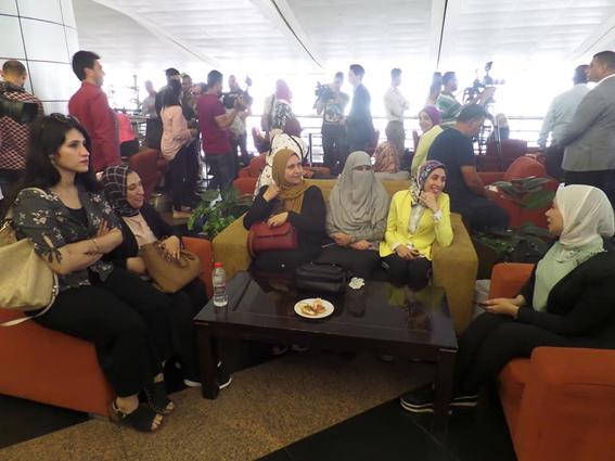 ٣٥ طبيبا يغادرون مطار القاهرة  للتدريب على منظومه التأمين الصحي الجديد