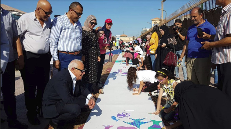 محافظ بورسعيد يتفقد الطلاب أثناء ممارستهم هواية الرسم