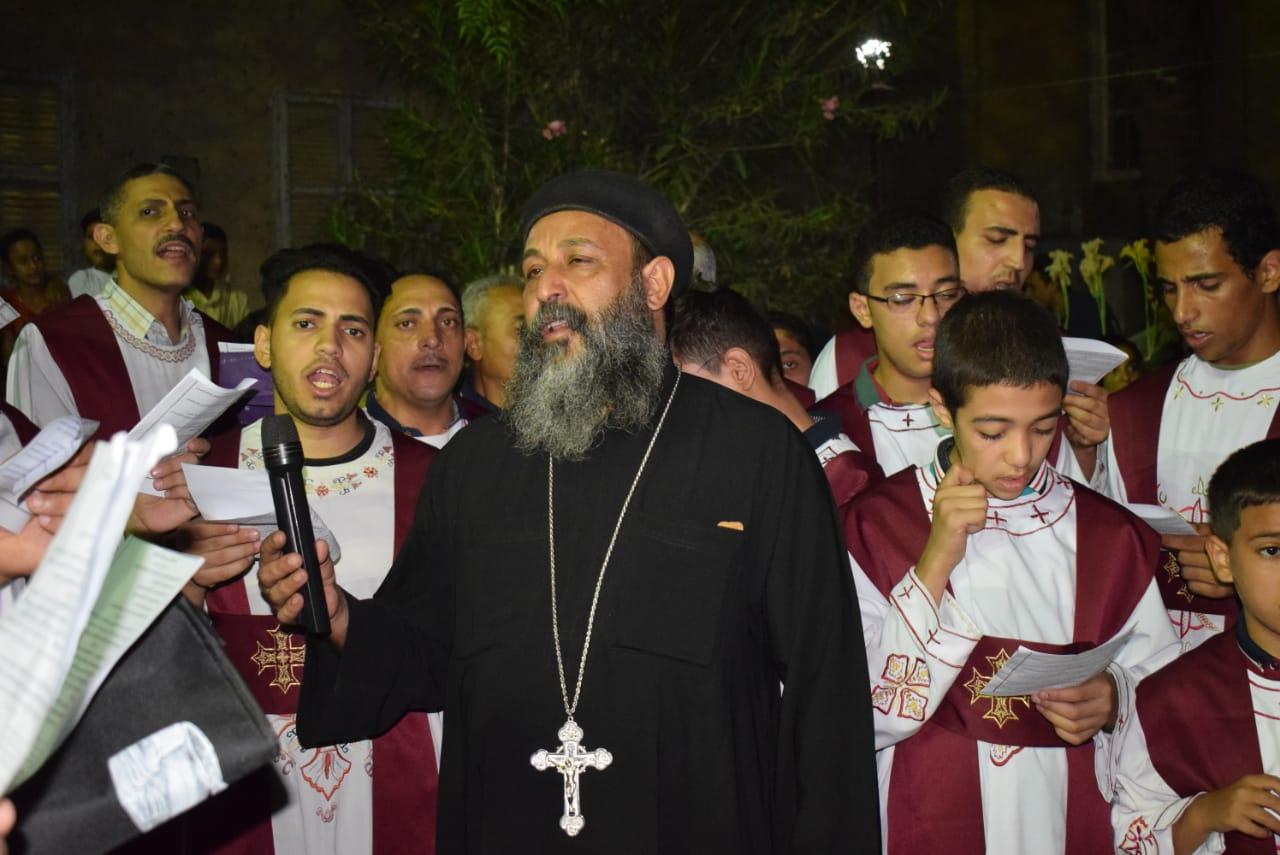 كهنة وشعب أبوتيج يحتفلون بعيد تجليس الأنبا أندراوس