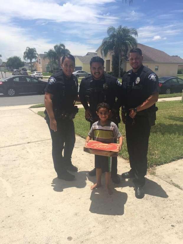 """""""مانويل إسكندر"""" طفل """"منوفي"""" يطلب بيتزا عن طريق الشرطة الأمريكية"""