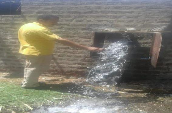 غسيل شبكات المياه بقريتي المطيعة وأولاد رايق بأسيوط لحل مشكلة العكارة