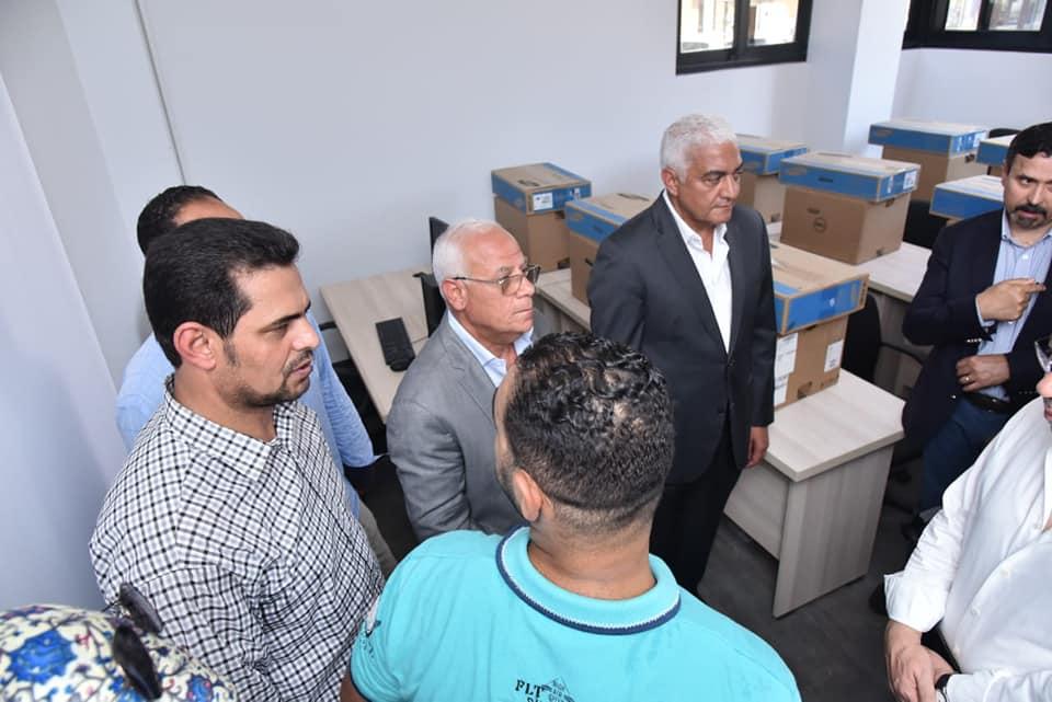 المحافظ يشيد بالتجهيزات والإنشاءات بمركز شباب الحي الإماراتي