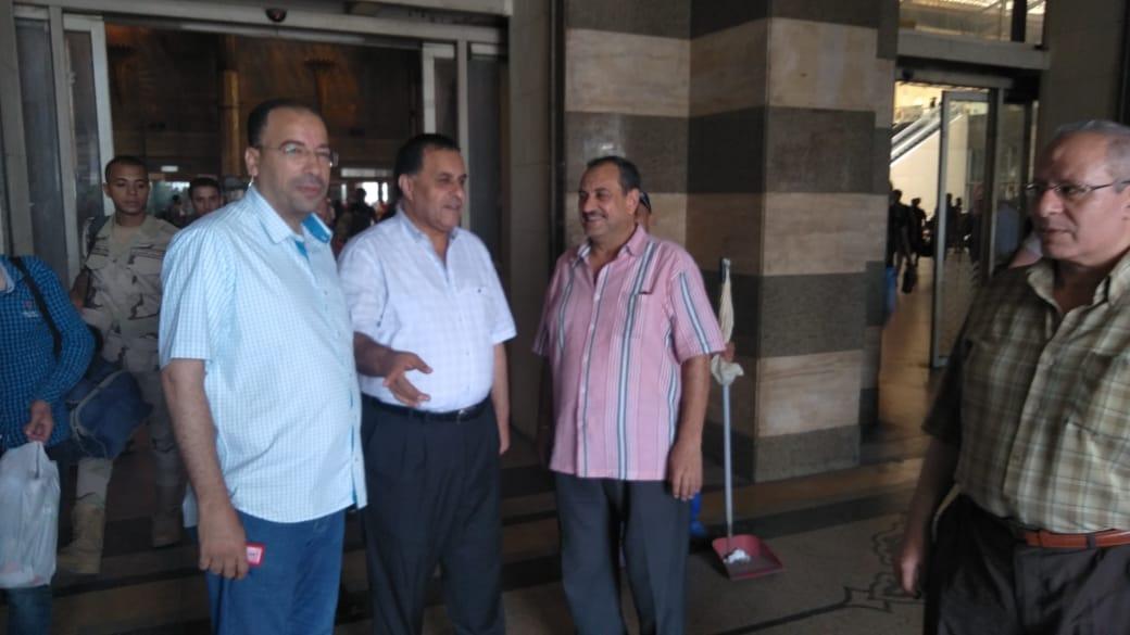 رئيس هيئة السكة الحديد يتفقد انتظام حركة القطارات بمحطة القاهرة