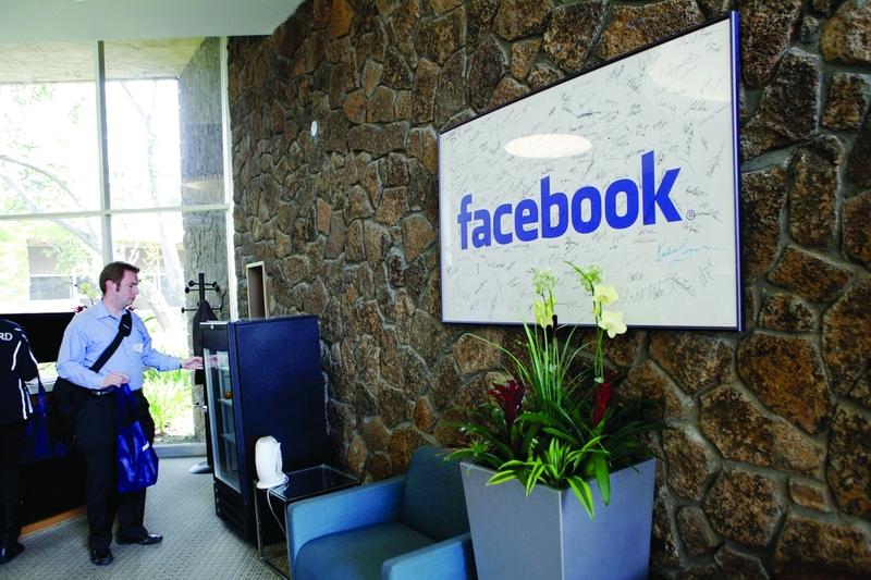 """لماذا غير فيس بوك شعاره ..و حذف كلمة """"مجاني """""""