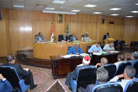محافظ المنيا يكرم موظفين اجتازا برنامج إعداد القادة