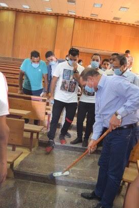 رئيس جامعة سوهاج يشارك في تنظيف المدرجات
