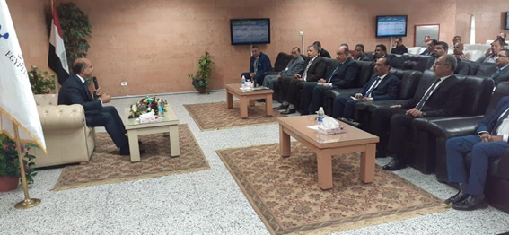 وزير الطيران يلتقي بالعاملين في مطار الأقصر الدولي