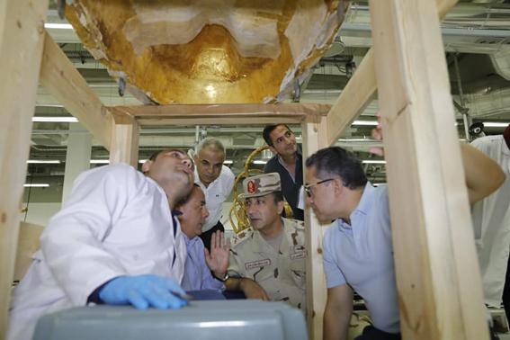 وزير الآثار يشهد أعمال فك تغليف التابوت الخاص بسنچم وزوجته