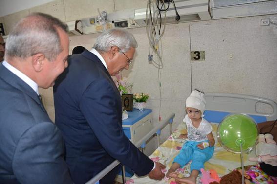 محافظ الدقهلية يزور طفلي حادثة الموتوسيكل  والمدرسة