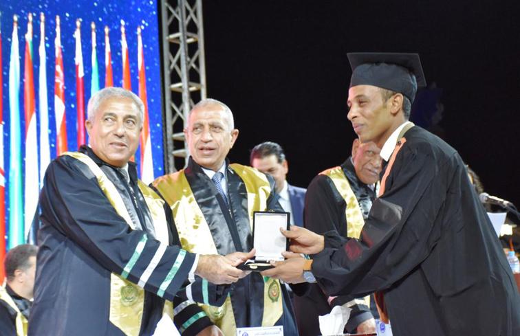 محافظ أسوان يشهد حفل تخرج طلبة البكالوريوس بفرع الأكاديمية العربية