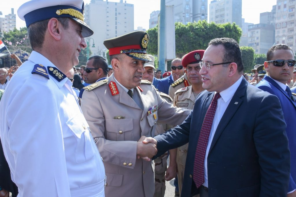 قائد المنطقة الشمالية ومحافظ الإسكندرية يضعان الزهور على ...