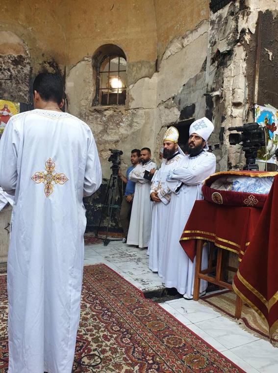 بالصور إقامة القداس الإلهى وسط حطام كنيسة مارجرجس حلوان بعد احتراقها