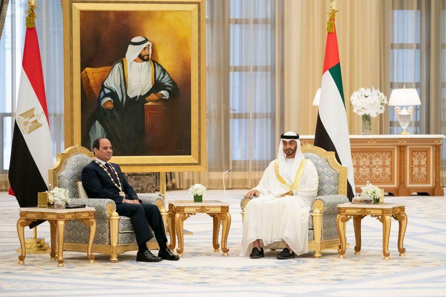 """ولي عهد أبوظبي يقلد الرئيس عبد الفتاح السيسي """"وسام زايد"""""""
