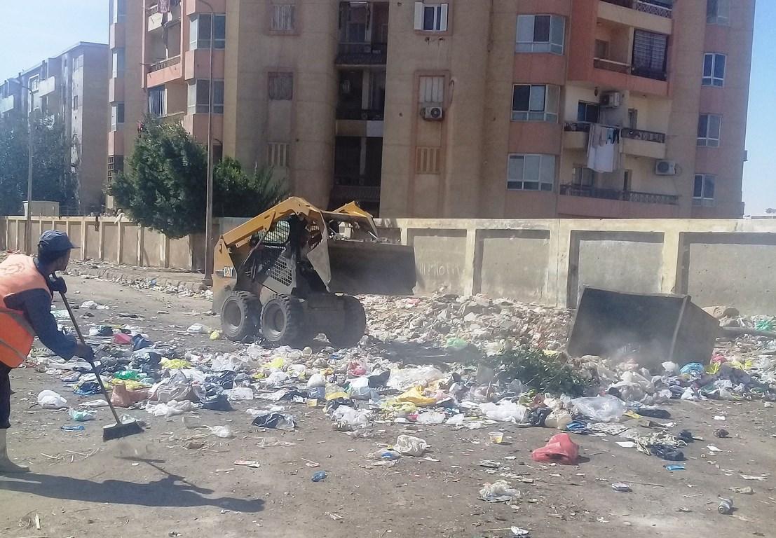 استمرار رفع التراكمات والقمامة  من شوارع حي الأربعين بالسويس