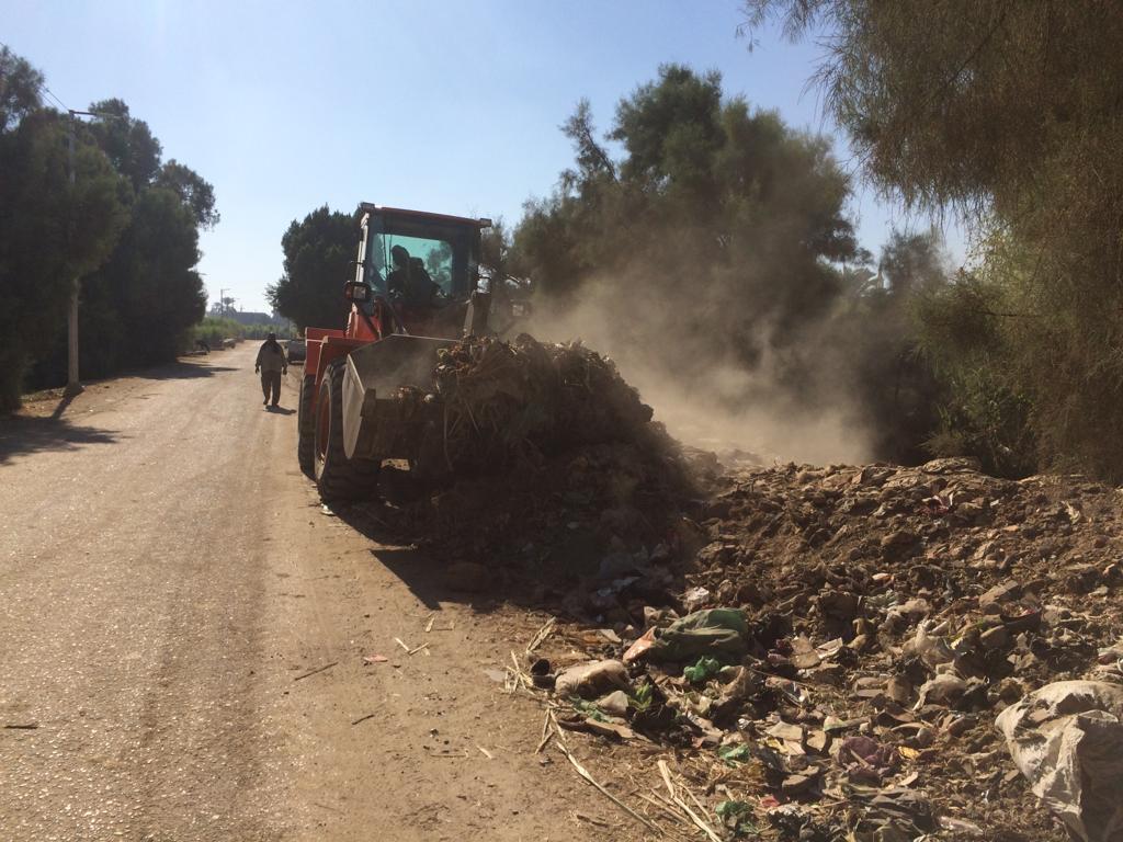 بالصور: رئيس مدينة الزينية شمال الأقصر يعلن رفع 25 طن مخلفات خلال حملات نظافة