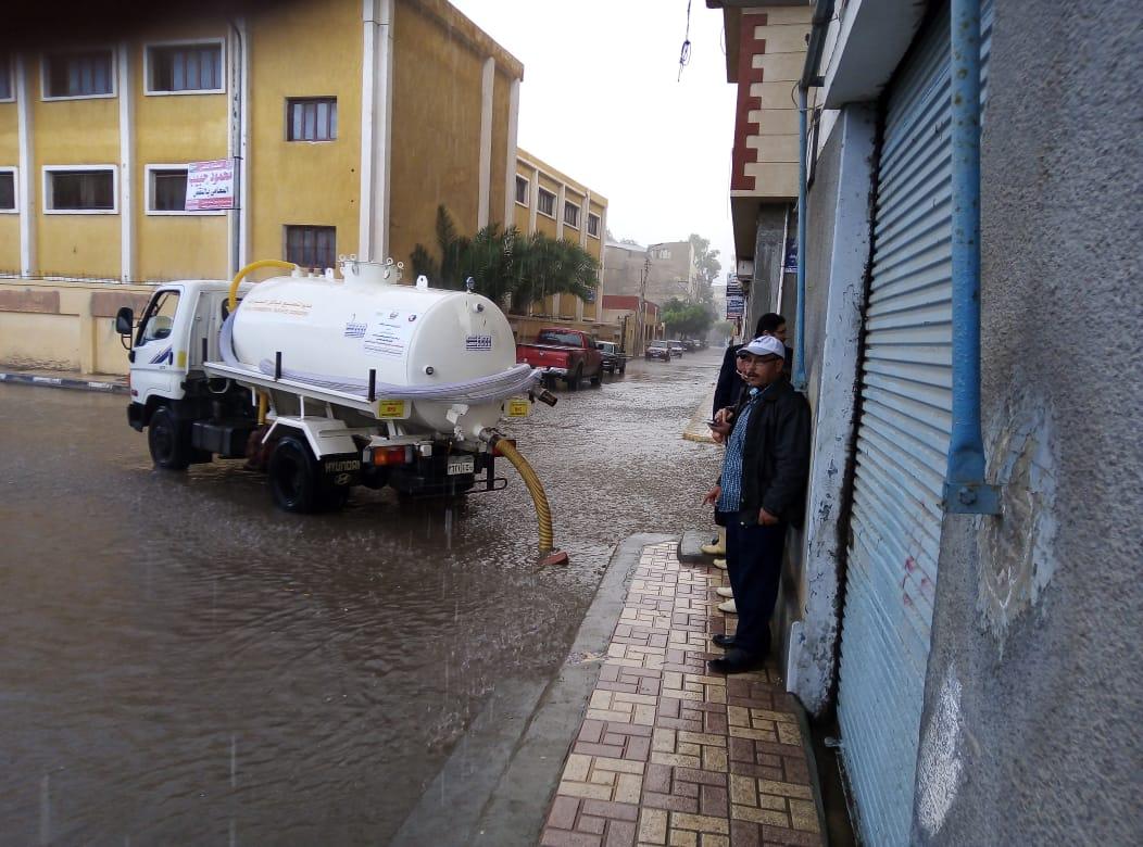 تواصل أعمال كسح مياه الأمطار ورفع درجة الإستعداد القصوى بالبحيرة
