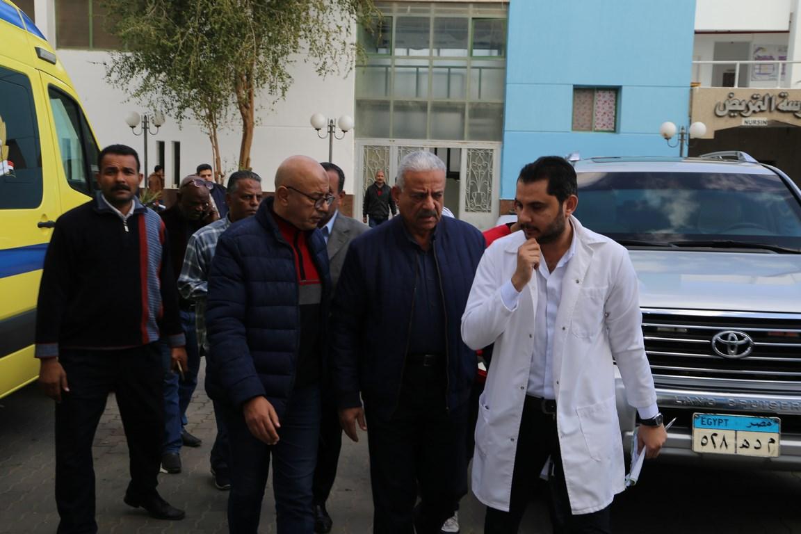 بالصور: محافظ السويس يتفقد مصابي حادث تصادم أتوبيسين بمنطقة السخنة