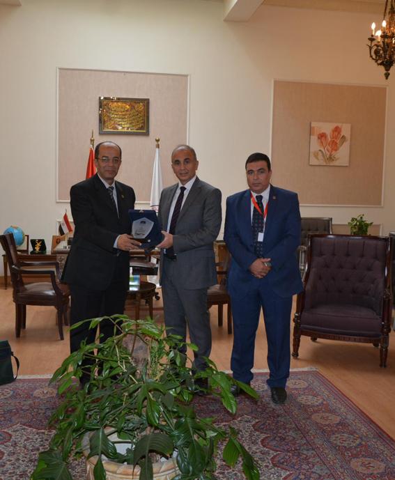 جامعة الزقازيق تبحث مع العربية للتصنيع تعزيز دور التعاون