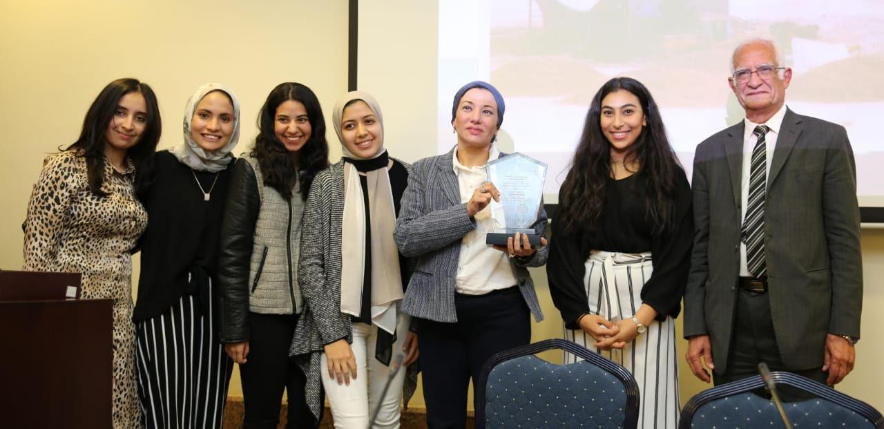 وزيرة البيئة لطلبة الجامعة الأمريكية: لا غنى عن دور الشباب في منظومة المخلفات الجديدة